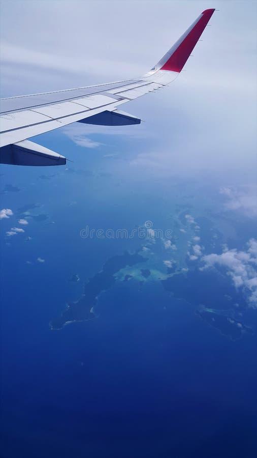 Opinião do avião do mar azul e do céu azul imagem de stock
