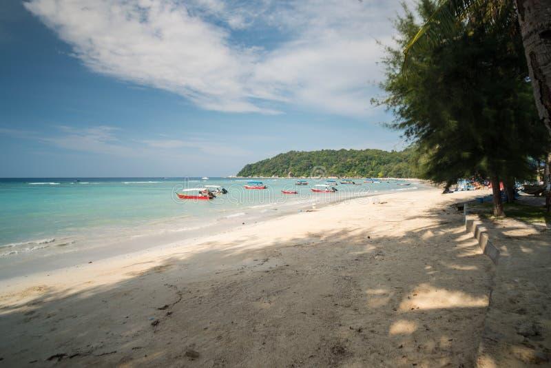 Opinião do beira-mar da ilha idílico de Pulau Perhentian Besar, Malásia fotos de stock