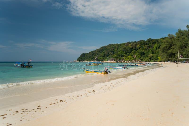 Opinião do beira-mar da ilha idílico de Pulau Perhentian Besar, Malásia imagens de stock
