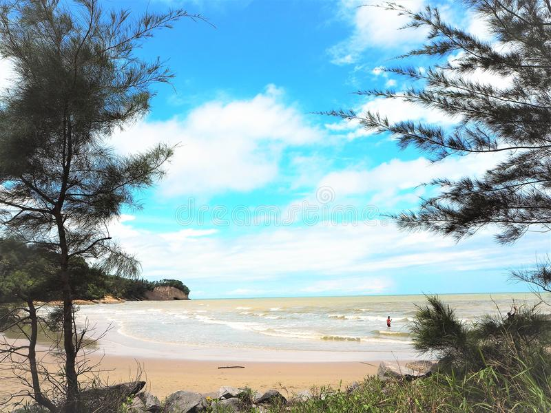 Opinião do beira-mar da natureza na baía Miri Sarawak Malaysia de Tanjung Lobang foto de stock