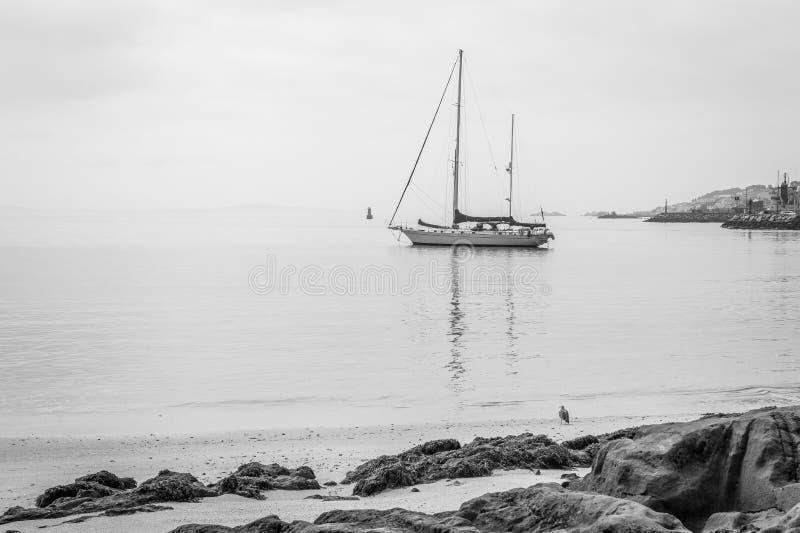 Opinião do beira-mar na praia do corozo, Riveira, Galiza fotos de stock