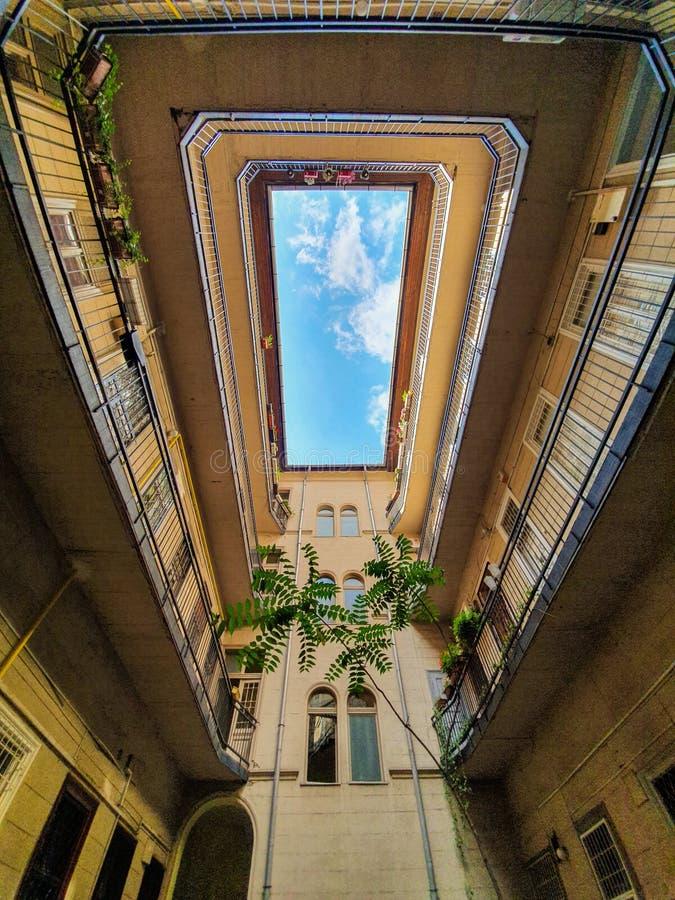 Opinião do céu do pátio interno em Budapest fotos de stock