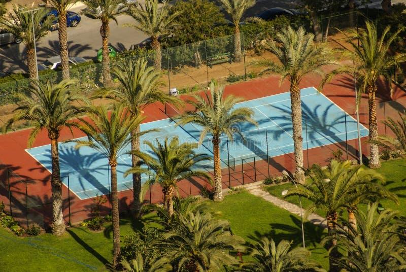 Opinião do campo de tênis da comunidade local em um dia ensolarado fotos de stock royalty free