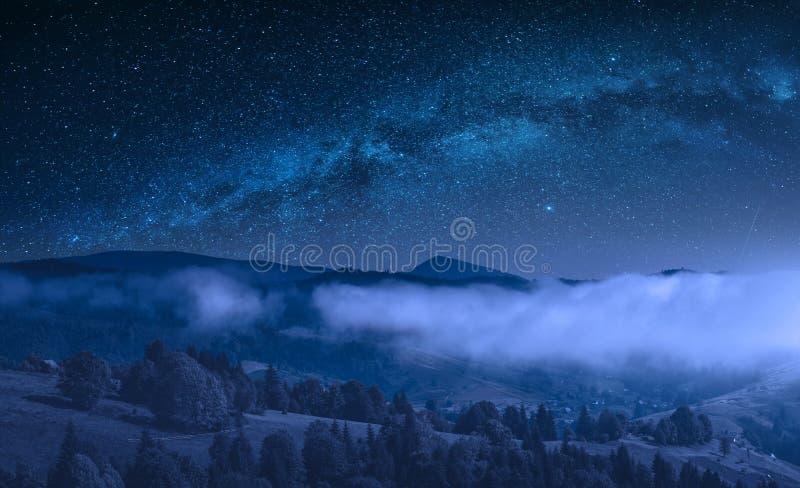 Opinião do campo do monte da montanha na noite imagem de stock