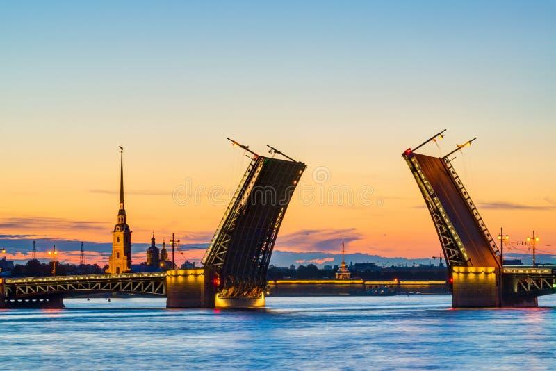 Opinião do cartão da ponte do palácio em St Petersburg, imagem de stock