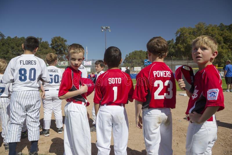 Opinião do carvalho, Califórnia, EUA, o 7 de março de 2015, campo da liga júnior do vale de Ojai, basebol da juventude, mola, fotografia de stock