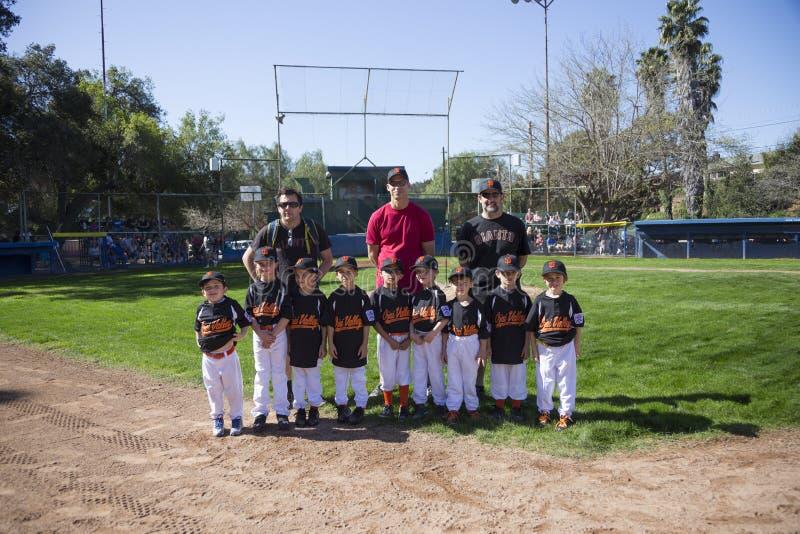 Opinião do carvalho, Califórnia, EUA, o 7 de março de 2015, campo da liga júnior do vale de Ojai, basebol da juventude, mola, ret fotografia de stock