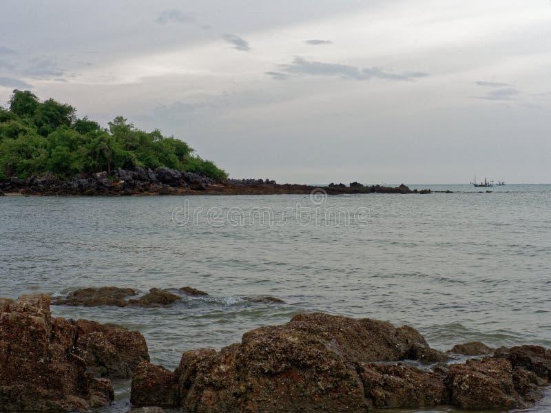 Opinião do cenário na proibição Krut, Prachuap Khiri Khan com praia, mar, montanha, céu, e ilha imagem de stock royalty free