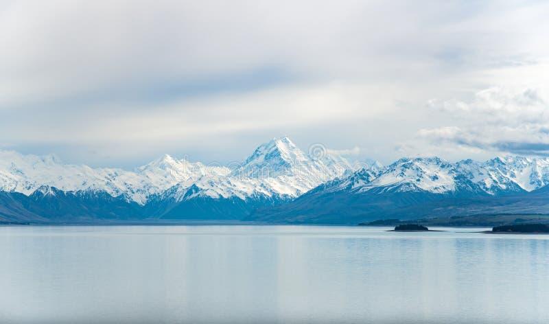 A opinião do cenário o cozinheiro Aoraki da montagem as montanhas as mais altas na opinião de Nova Zelândia do lago Tekapo fotos de stock royalty free