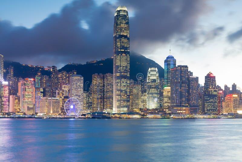 Opinião do centro da noite da frente marítima do negócio de Hong Kong da luz do prédio de escritórios da cidade fotografia de stock royalty free