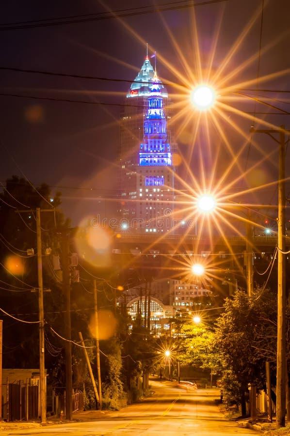 Opinião do centro da rua de Cleveland na noite fotografia de stock