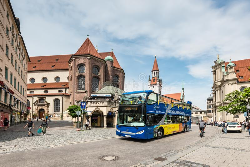 Opinião do centro da rua em Munich, Baviera, Alemanha foto de stock