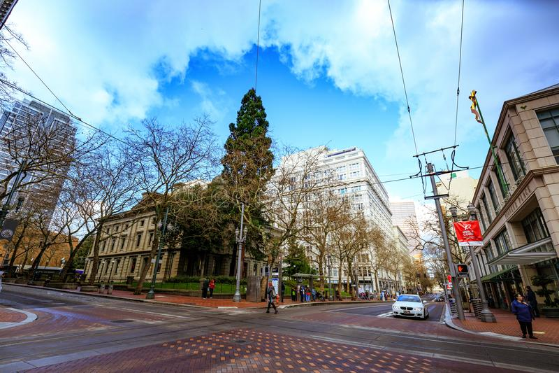 Opinião do centro da rua no distrito pioneiro Portland imagem de stock royalty free