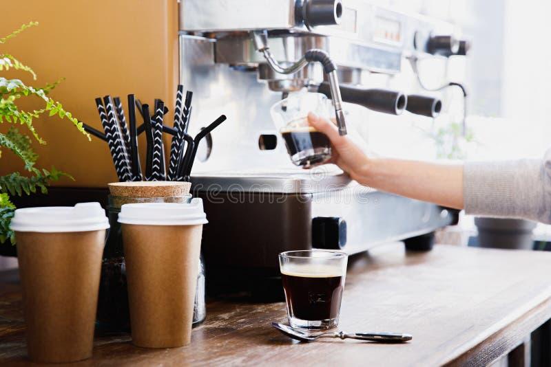 Opinião do close-up do barista que prepara o café em moderno imagens de stock royalty free