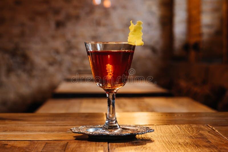 opinião do close-up do cocktail do sazerac no vidro na tabela de madeira imagem de stock