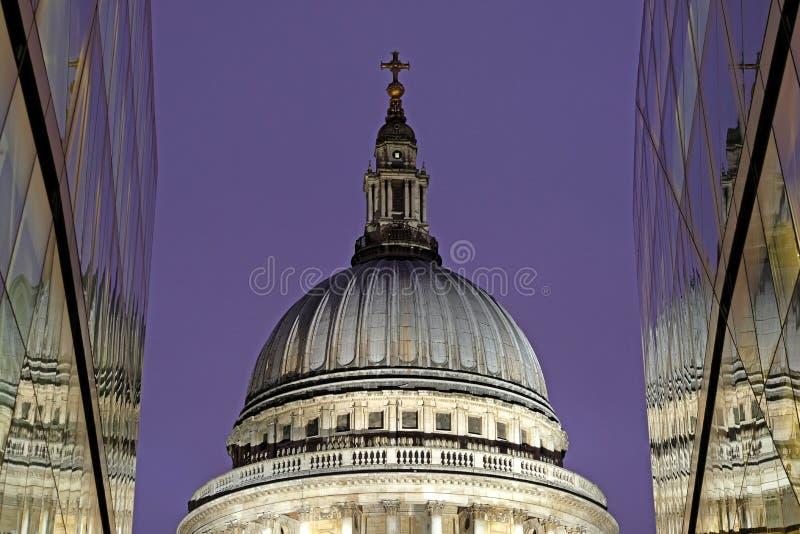A opinião do close up da abóbada da catedral do ` s de St Paul projetou por Sir Christopher Wren, Londres Reino Unido fotos de stock royalty free
