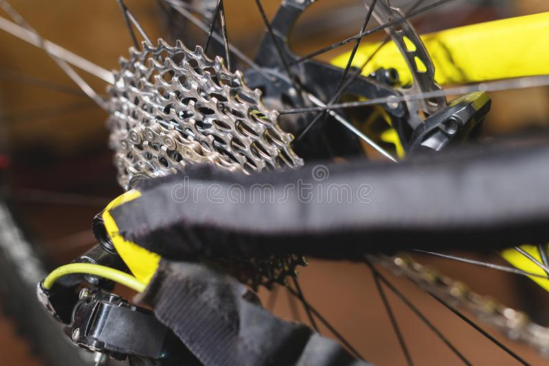 Opinião do close-up da bicicleta no reparo Close-up da gaveta da engrenagem Crafting o serviço para Mountain bike Guia do reparo  imagem de stock