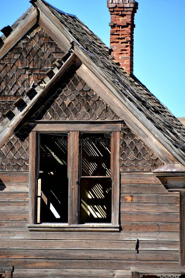 Opinião do close-up da casa dilapidada imagens de stock