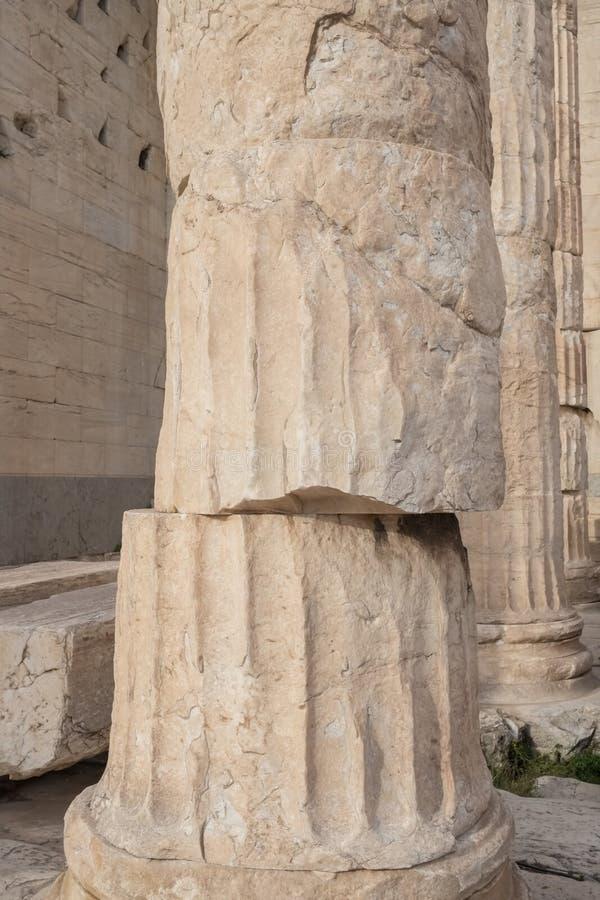 Opinião do close-up da coluna doric antiga no Partenon no monte da acrópole na noite em Atenas imagem de stock