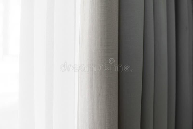 Opinião do close-up da cortina brilhante nas dobras verticais finas e grossas feitas da tela densa Fundos abstratos Textured e foto de stock