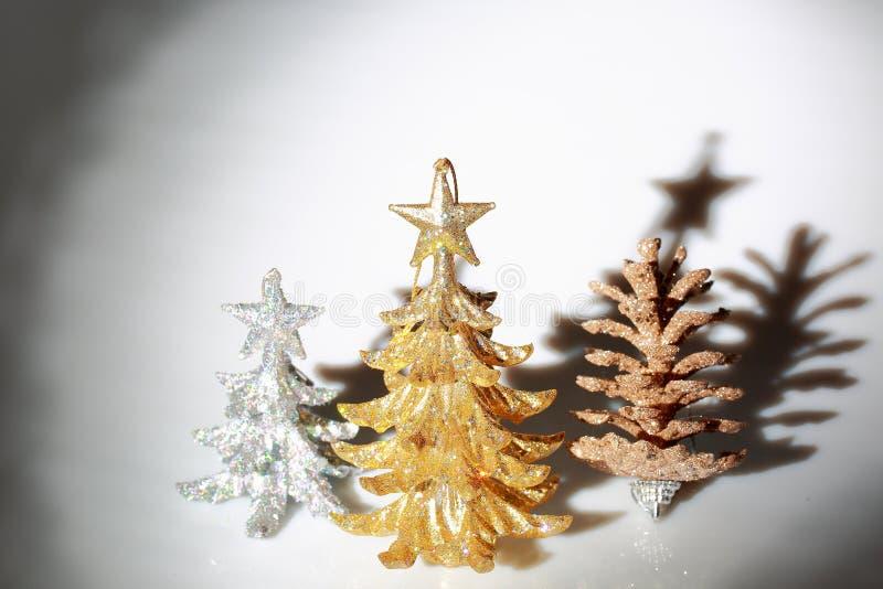 Opinião do close up da decoração do Natal isolada no fundo branco Árvore de Natal da prata e do ouro fotos de stock royalty free