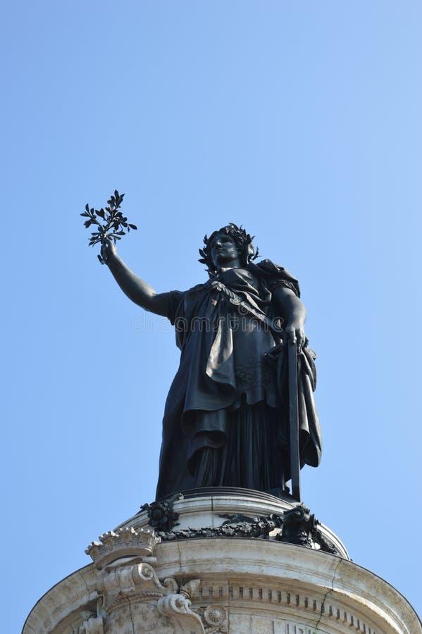 Opinião do close up da estátua da liberdade de no lugar la Republique em Paris com o céu azul no bacground imagens de stock royalty free
