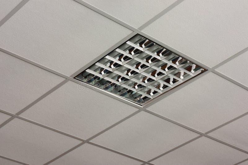 Opinião do close-up da lâmpada do teto do escritório imagens de stock