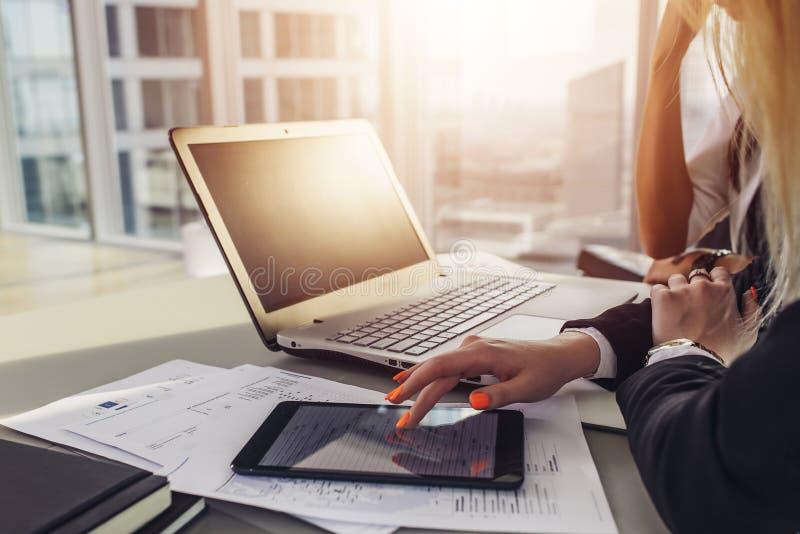 Opinião do close-up da mesa de escritório: portátil, cadernos, papéis, tablet pc na sótão de luxo moderna imagem de stock