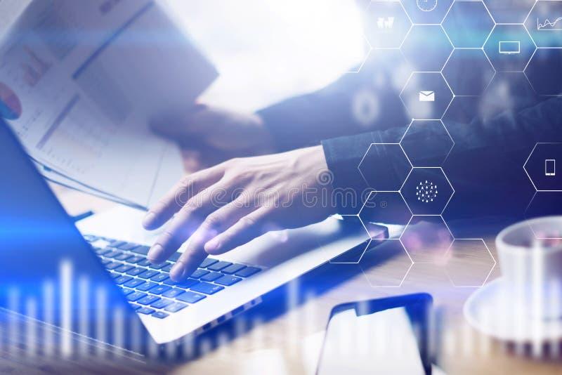 A opinião do close up da tela digital, ícone da conexão virtual, diagrama, gráfico conecta Homem que trabalha com o portátil no e foto de stock