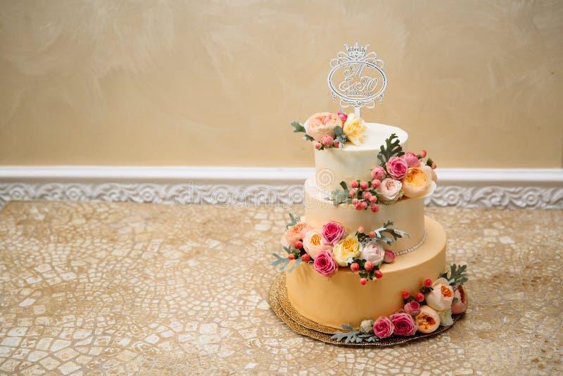 Opinião do close-up de cima de um bolo de creme de três andares do grande casamento A ideia de decorar deseres do casamento, deco imagens de stock royalty free