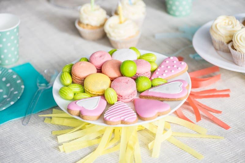 opinião do close-up de cookies coloridas deliciosas na tabela festiva imagens de stock