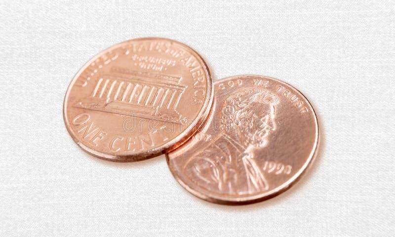 Opinião do close-up de moedas douradas no branco foto de stock royalty free