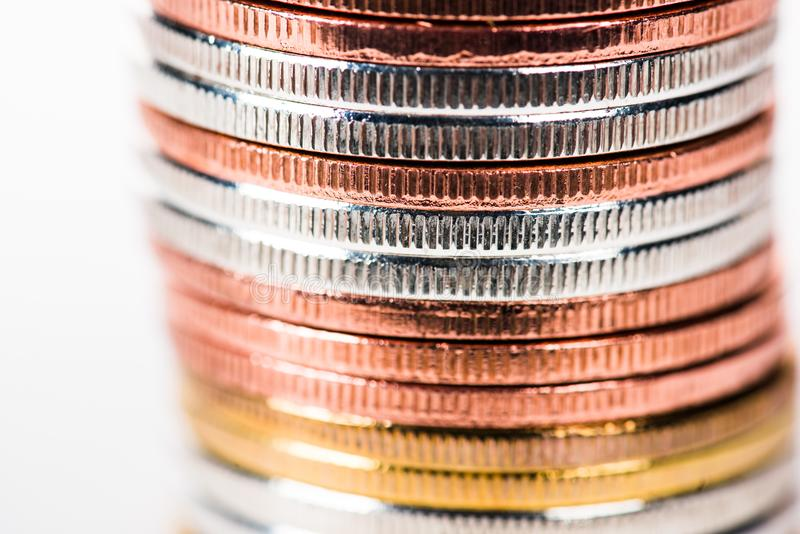 opinião do close-up de moedas empilhadas douradas, de prata e de bronze brilhantes ilustração royalty free