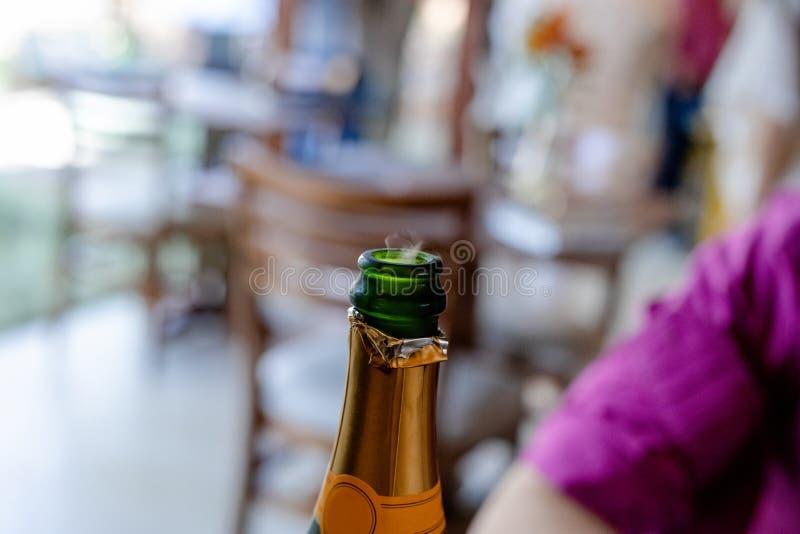 Opinião do close up de um champanhe completo aberto novo fotografia de stock