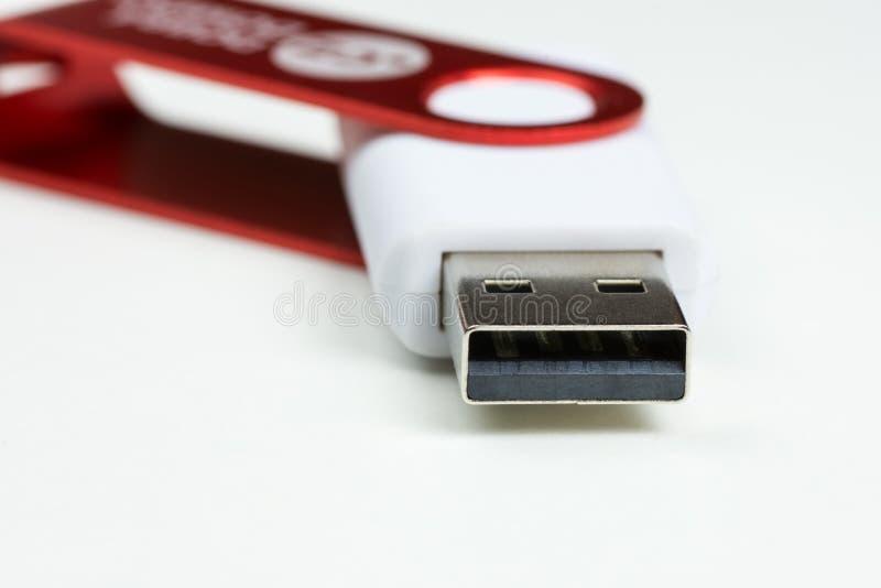 Opinião do close-up de um conector da movimentação do flash de USB do branco com tampão vermelho fotografia de stock