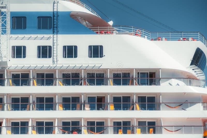 Opinião do close up de uma fachada do navio de cruzeiros imagens de stock royalty free