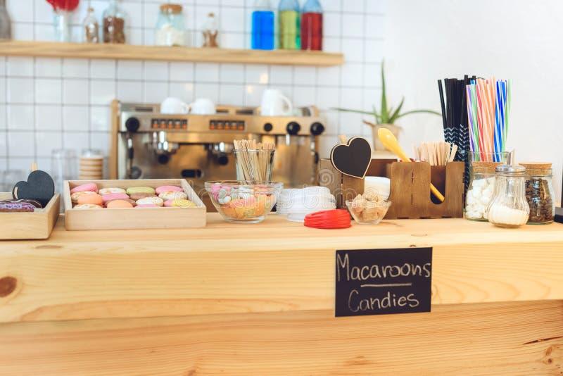 opinião do close-up de várias pastelarias deliciosas no contador de madeira imagem de stock royalty free