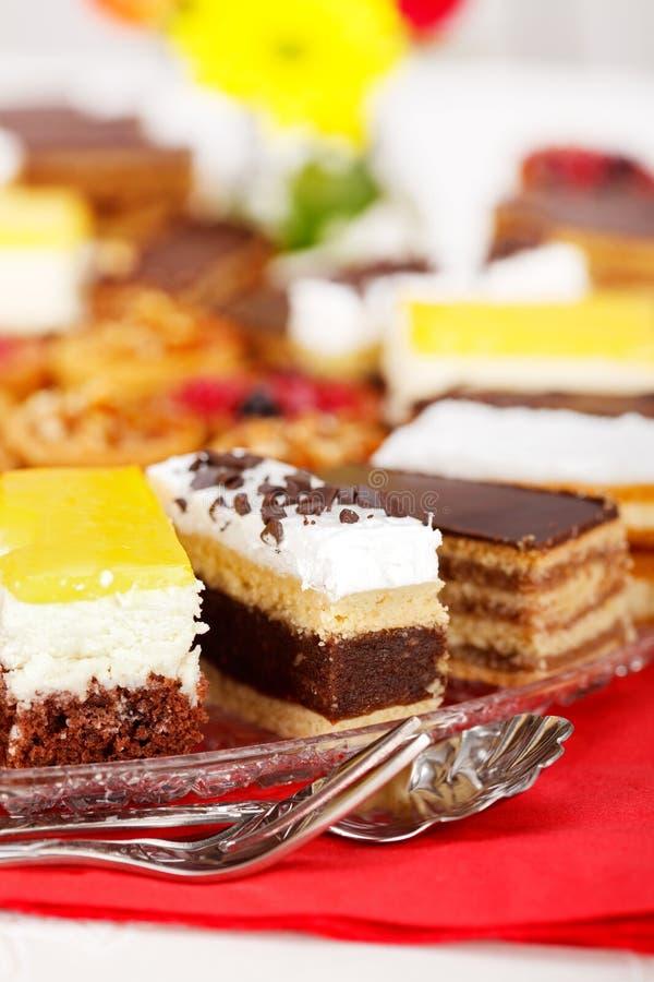 Opinião do close up de vários bolos doces imagem de stock royalty free