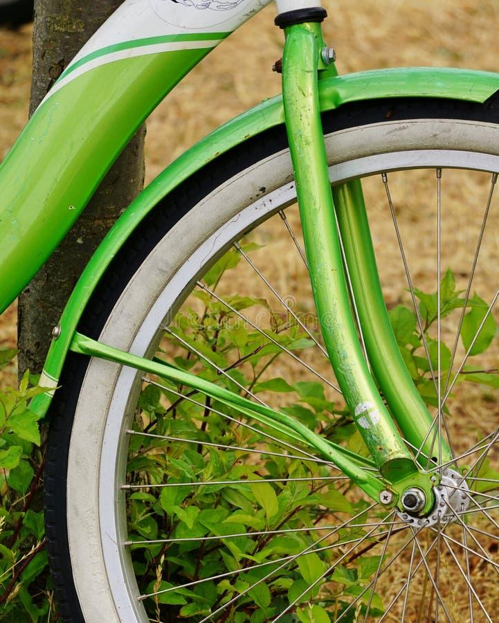 Opinião do close up do quadro verde de néon da bicicleta e do pneu branco da parede fotos de stock royalty free