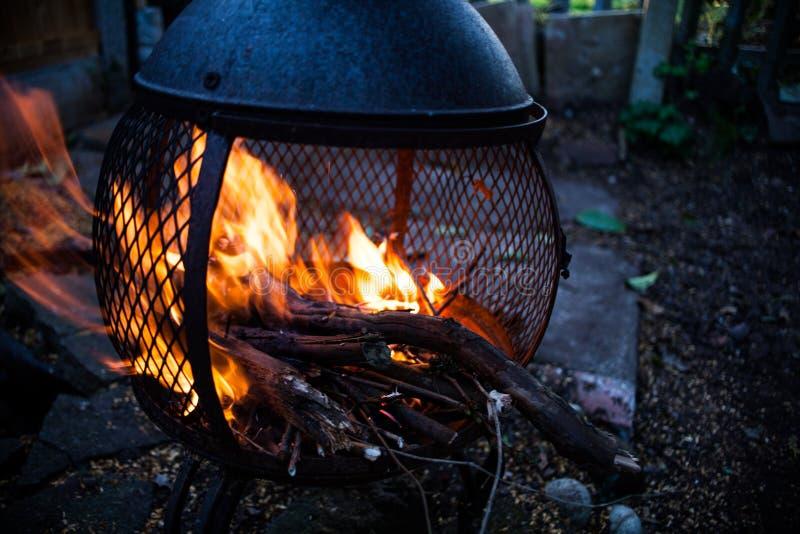 Opinião do close up em chamas abertas do fogo Fogueira ardente no calefator do alojamento do metal Fogueira na imagem do moviment fotografia de stock