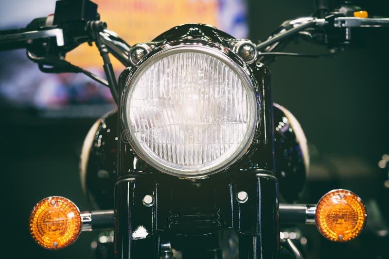 Opinião do close-up do farol da motocicleta Clássico Motorcycl do vintage imagens de stock