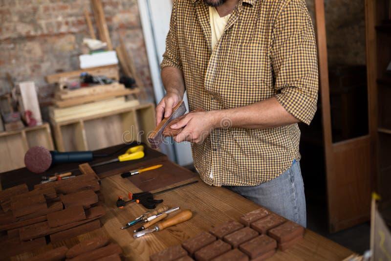 Opinião do close-up no trabalho de um carpinteiro de madeira fotografia de stock royalty free