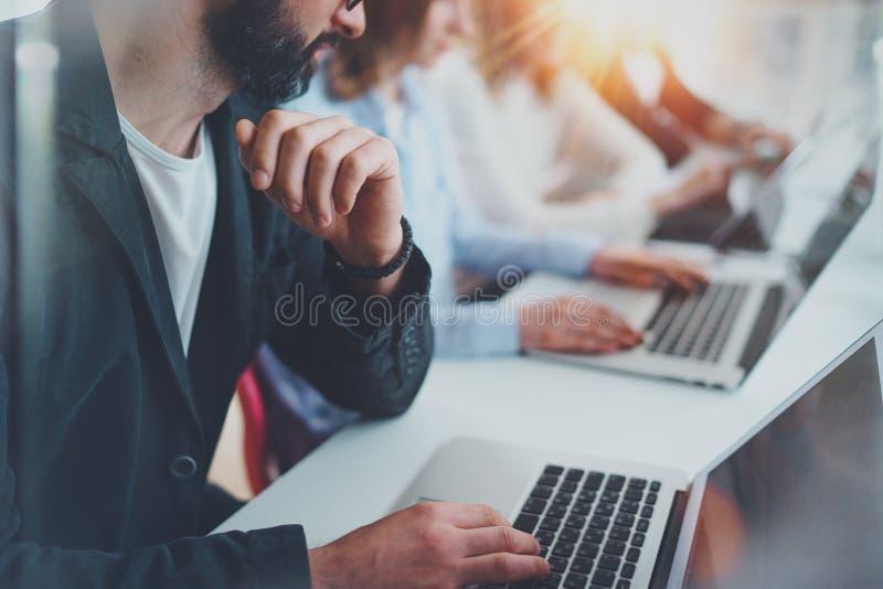 Opinião do close up os colegas de trabalho novos que trabalham junto na apresentação nova do negócio na sala de reunião ensolarad foto de stock royalty free