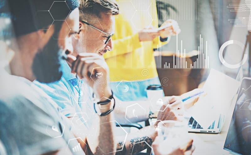 Opinião do close up povos novos dos colegas de trabalho na reunião no escritório moderno Equipe criativa nova que trabalha junto  fotografia de stock royalty free