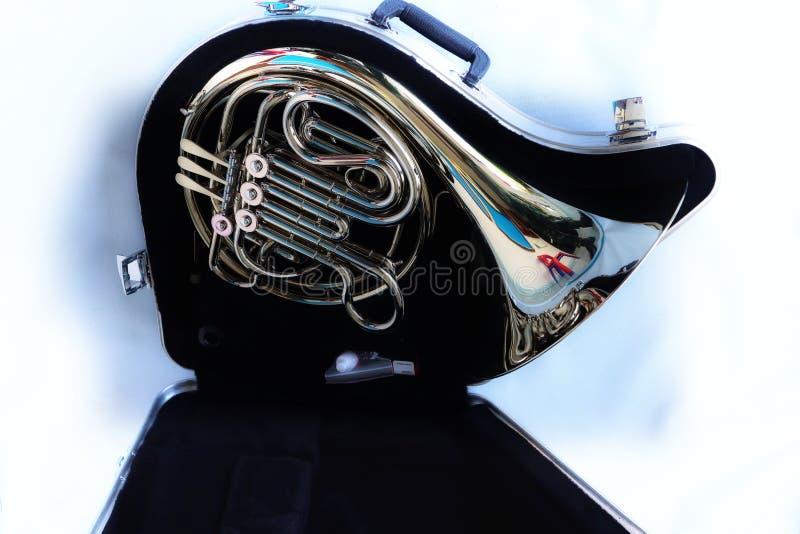 Opinião do close-up, vista superior, instrumento do chifre na caixa negra, objeto isolado, fundo branco imagens de stock royalty free