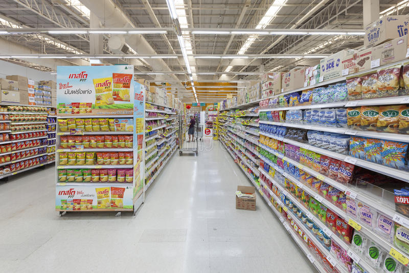 Opinião do corredor de um supermercado de Tesco Lotus fotografia de stock