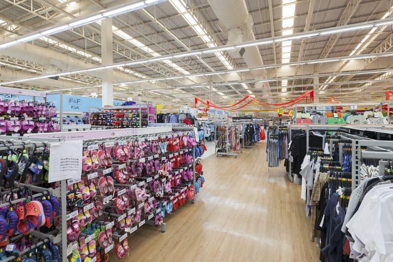 Opinião do corredor de um supermercado de Tesco Lotus foto de stock