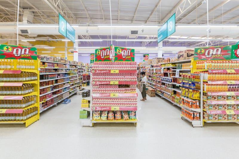Opinião do corredor de um supermercado de Tesco Lotus imagem de stock royalty free