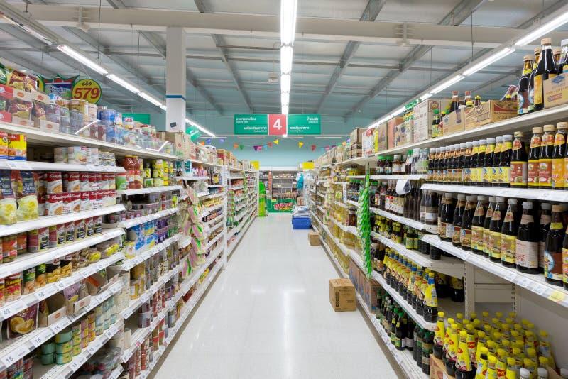 Opinião do corredor de um supermercado de Tesco Lotus fotos de stock royalty free