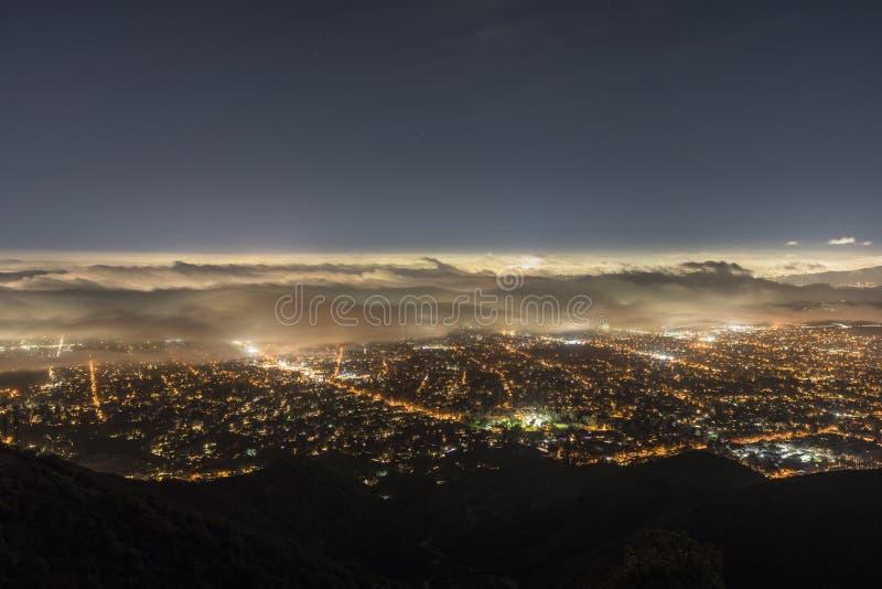 Opinião do cume da névoa da noite de Los Angeles fotos de stock